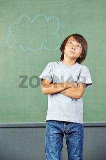 Asiatisches Kind beim Nachdenken