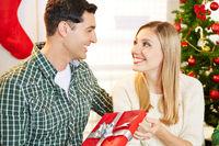 Paar mit Geschenk zu Weihnachten