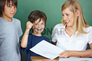 Schüler freut sich über gute Schulnote