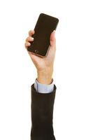 Hand einer Frau hält Smartphone