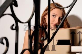 Junge Frau mit Umzugskartons