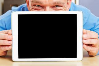 Mann hinter Tablet Computer im Büro