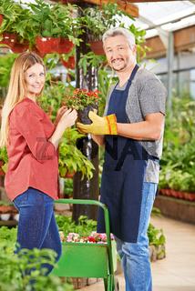 Kundin und Verkäufer im Gartencenter