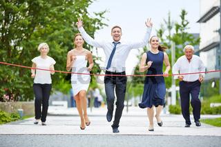 Gewinner beim Laufen mit Business Team