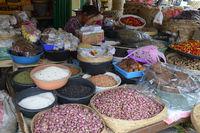 verschiedene Sorten Reis und Gewürze auf einem Markt in Seririt,