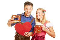 Paar beim Oktoberfest mit Herz und Bier