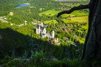 Königsschösser, Schloss Neuschwanstein und Schloss Hohenschwangau, dahinter der Schwansee, Schwangau, Ostallgäu, Allgäu, Schwaben, Bayern, Deutschland, Europa