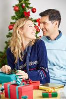Glückliches Paar mit Geschenken zu Weihnachten