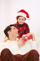 Sohn gibt Vater Geschenk zu Weihnachten