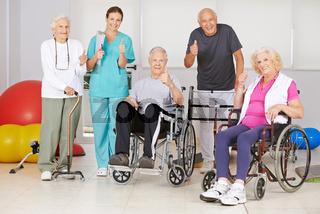Senioren und Krankenpfleger halten Daumen hoch