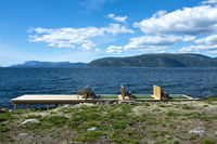 Leeres Sonnendeck am Ufer des Sognefjord