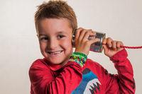 Kind mit einem Dosentelefon