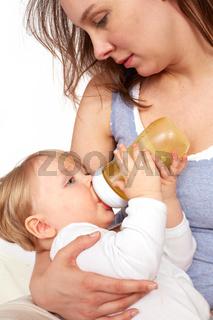 Mutter stillt ihr Kind