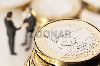 Euromünzen und Geschäftsmänner