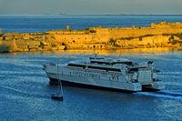 Fährschiff Jean de la Valette der Reederei Virtu Ferries im Hafenbecken Grand Harbour vor der Festung Ricasoli