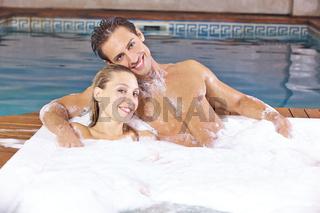 Entspannung beim Schaumbad im Whirlpool