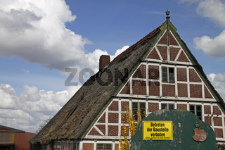 Baustellenschild vor einem Fachwerkhaus