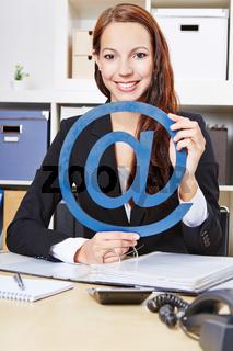 Frau mit Internet-Zeichen im Büro