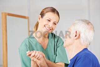 Krankenschwester bei Pflege eines alten Mannes