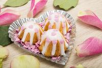 Minikuchen mit Streuherzen