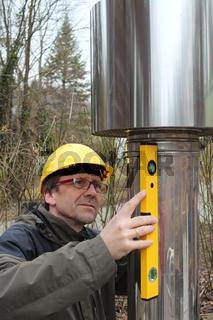 Ingenieur untersucht Lüftungsrohr
