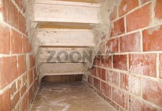 Treppe im Rohbau von unten