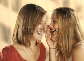 Freundinnen flüstern