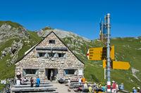 Directional sign at the alpine hut Pfaelzerhuette