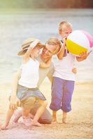 Vater mit Tochter und Sohn am Strand im Sommer