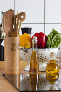 Küche mit Zutaten und Kochutensilien