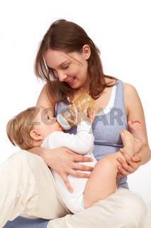 Mutter spielt beim Stillen