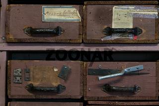 Schubladenregal in einer Eisenwarenhandlung