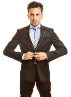 Geschäftsmann knöpft Anzug zu