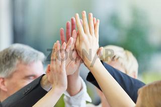 Hände geben sich High Five im Büro