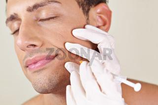 Mann bekommt Faltenbehandlung am Mundwinkel