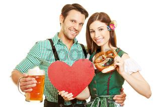 Paar mit Herz und Bier beim Oktoberfest