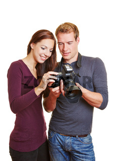 Fotograf und Model schauen auf Kameradisplay