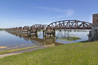 Alte Eisenbahnbrücke bei Hochwasser an der Elbe bei Dömitz, Deutschland, Europa
