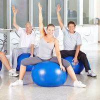 Gruppe Senioren macht Kurs für Rückentraining