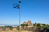 Europaflagge auf dem Eckartsberg vor der Altstadt Breisach mit dem St. Stephansmünster