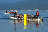 Drachenboote vom Drachenboot Club Eglisau an der Ziellinie bei einemTeamwettkampf auf dem See Lac de Joux