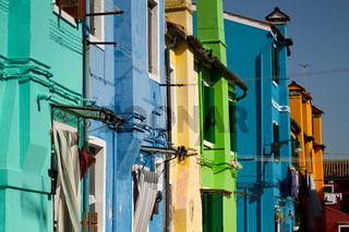 Bunte Hausreihe in Burano. Italien