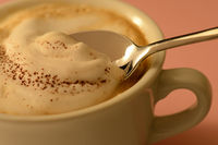 Cappuccinoschaum mit Löffel