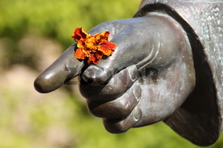 Eine Denkmal mit Blume