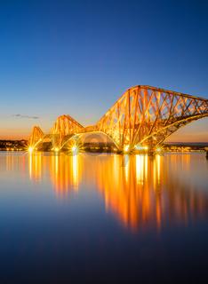Die rote Eisenbahnbrücke über den Firth of Forth
