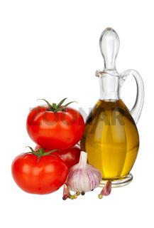 Karaffe mit Olivenöl, Tomaten und Knoblauch