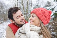 Verliebtes Paar im Winter schaut sich an