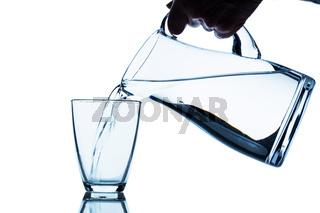 Glas mit Wasser und Krug