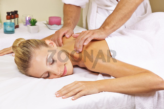 Frau bekommt Nackenmassage im Day Spa