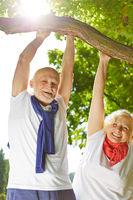 Alter Mann und Frau machen Sport in der Natur